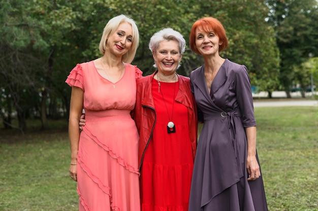 一緒に正面の年配の女性 無料写真
