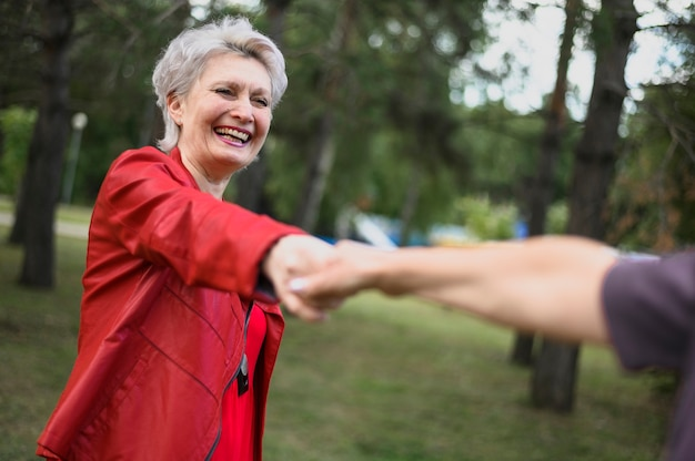 手を繋いでいるかわいい年配の女性 無料写真