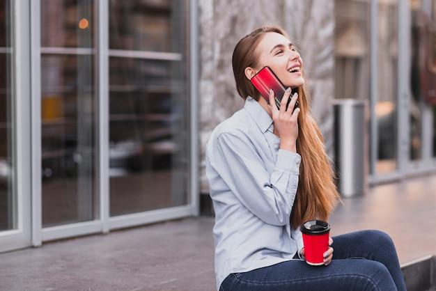 Улыбающаяся девушка разговаривает по телефону Бесплатные Фотографии