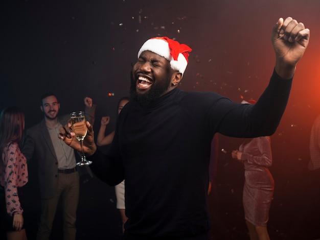 クリスマスパーティーで踊る若い男 無料写真