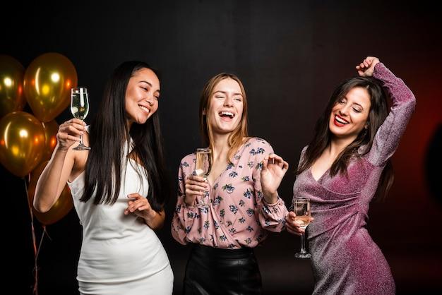 新年会で踊る友人のグループ 無料写真