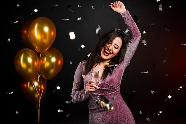 Средний снимок женщины, танцующей на новогодней вечеринке Бесплатные Фотографии