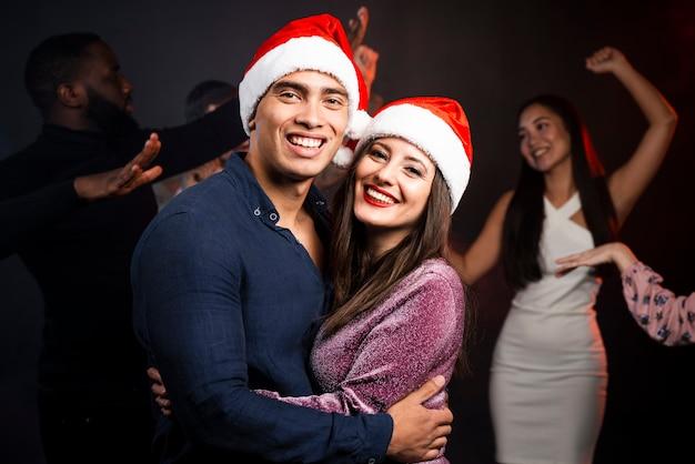 新年会でのカップルのミディアムショット 無料写真