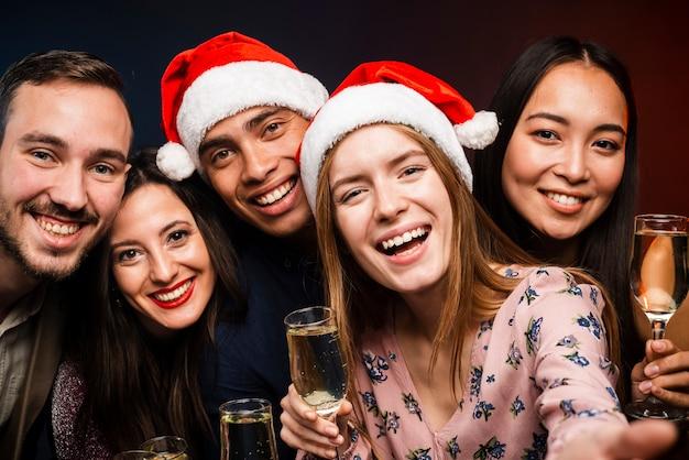 Друзья держат бокалы с шампанским на новый год Бесплатные Фотографии