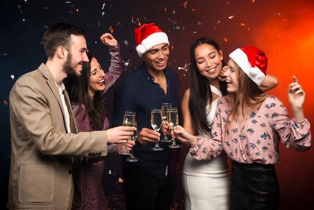 新年のお祝いに乾杯の友人のグループ 無料写真
