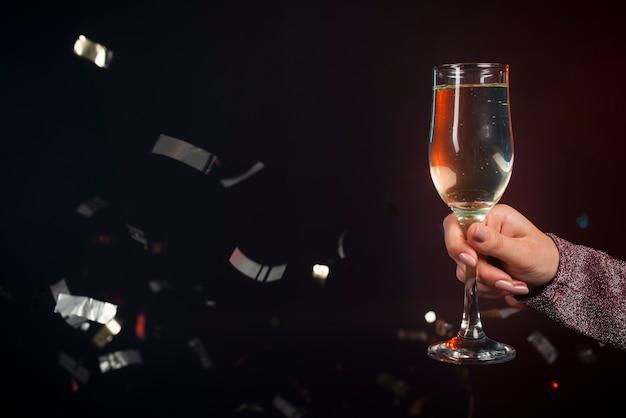 紙吹雪とシャンパンのグラスのクローズアップ 無料写真