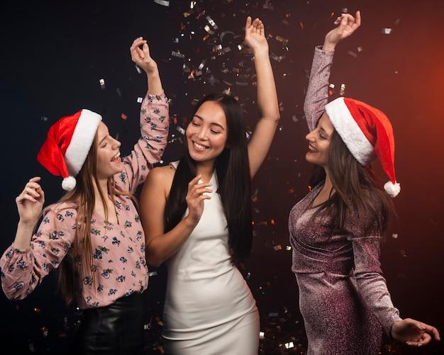 Группа друзей, танцы на новый год Бесплатные Фотографии