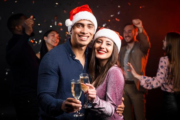 笑顔のカップルがパーティーで乾杯 無料写真