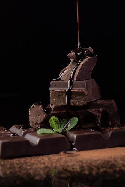 チョコレートソースを注ぐの正面図 無料写真
