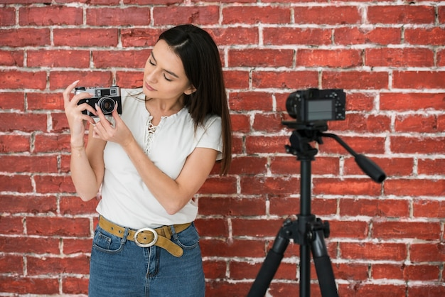 記録する準備をしている若い女性 無料写真