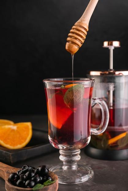 紅茶のグラスと蜂蜜ディッパー 無料写真