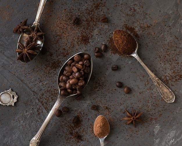 Ложки крупным планом, наполненные кофе и специями Бесплатные Фотографии