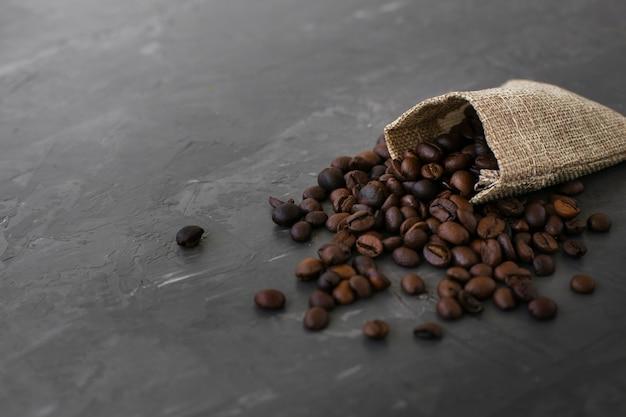 Крупный план жареных кофейных зерен на столе Бесплатные Фотографии