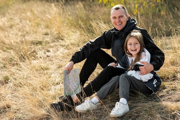 笑顔の娘と父親の写真家を見て 無料写真