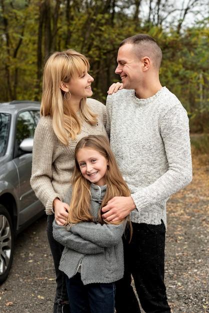 自然の中で幸せな家族の肖像画 無料写真