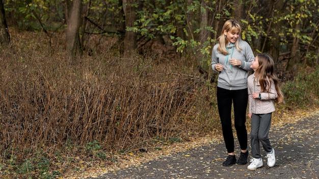 母と娘の自然の中でジョギング 無料写真
