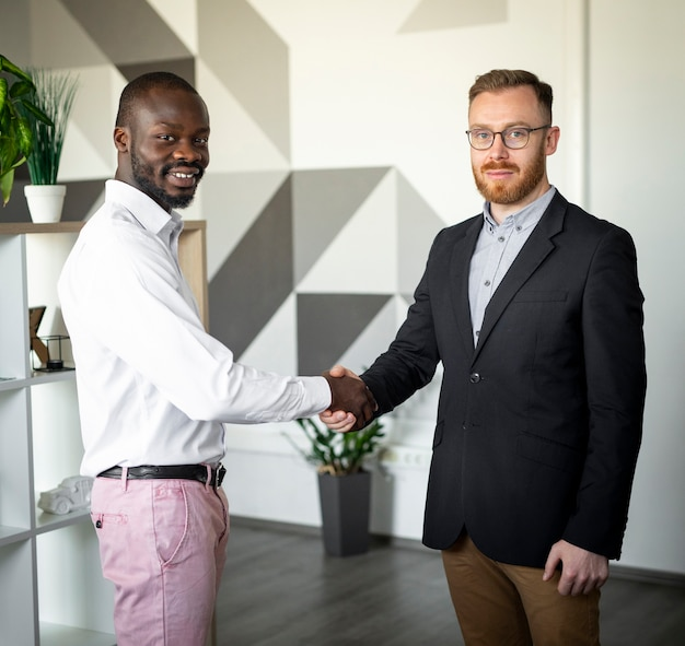 握手異人種間の同僚 無料写真