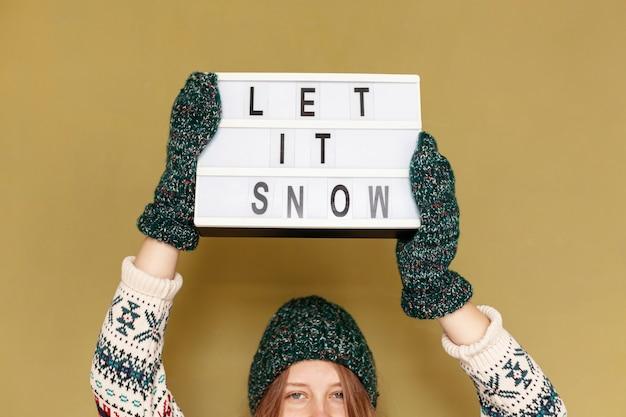Держать девушки конца-вверх позволил ей идти снег знак Бесплатные Фотографии