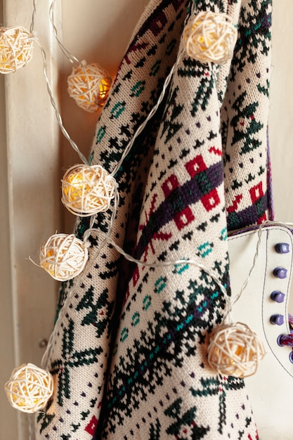 Украшение с помощью свитера и коньков на вешалке Бесплатные Фотографии