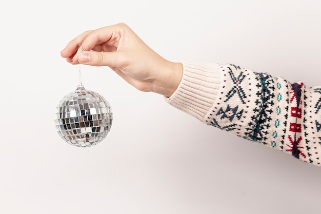 Крупным планом девушка держит рождественский глобус Бесплатные Фотографии
