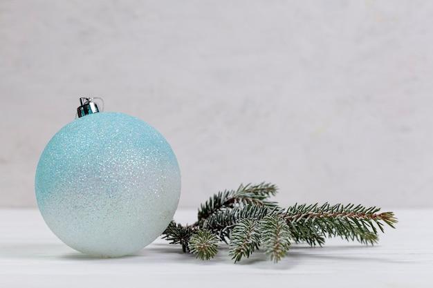 Зимняя композиция с глобусом и веточкой ели Бесплатные Фотографии
