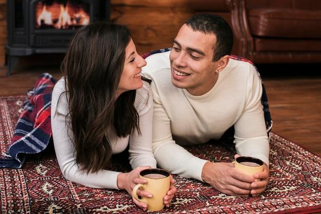 愛の愛らしい若いカップル 無料写真