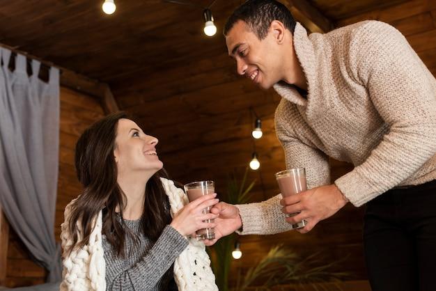 温かい飲み物を持っている愛らしいカップル 無料写真
