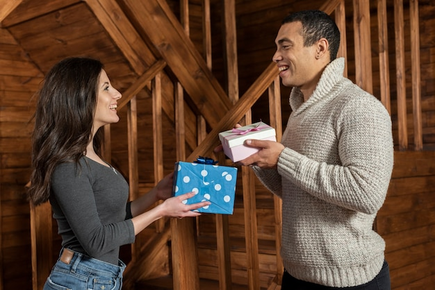 若い男と女の贈り物を交換 無料写真
