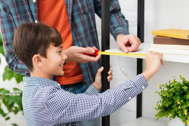笑顔の小さな男の子、自己測定 無料写真