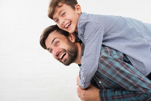 Счастливый сын обнимает своего отца Бесплатные Фотографии