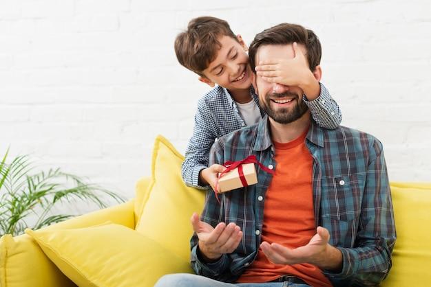 Прекрасный сын делает сюрприз своему отцу Бесплатные Фотографии