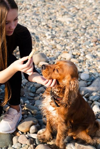 Крупным планом женщина гладит свою собаку Бесплатные Фотографии