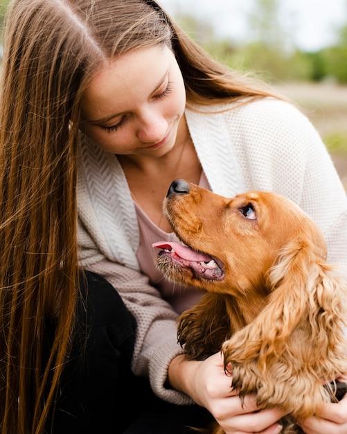 Крупным планом женщина смотрит на свою собаку Бесплатные Фотографии