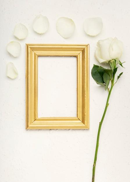 バラの花びらとビンテージ空モックアップフレーム 無料写真