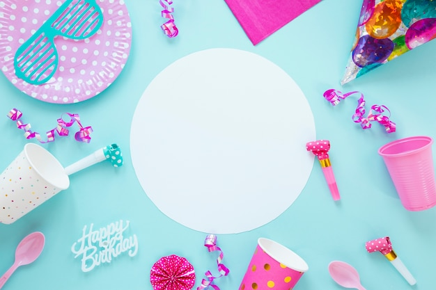 青色の背景に異なる誕生日オブジェクトの構成 無料写真