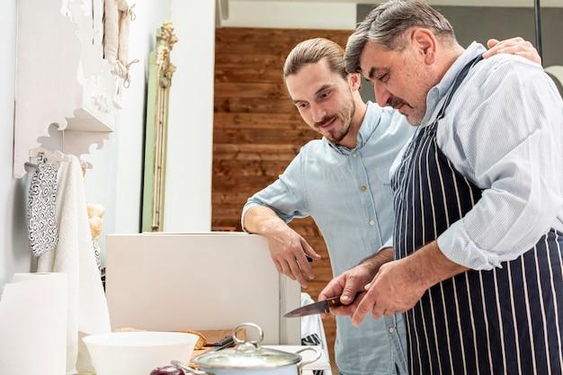 父と息子が一緒に料理 無料写真