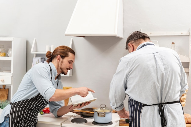 調理法を父親に伝える息子 無料写真
