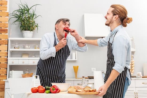 面白い父と息子の料理 無料写真