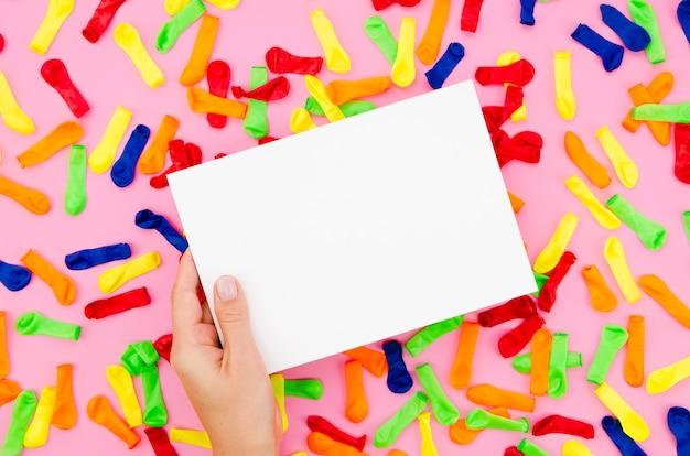 誕生日のサインをモックアップを持っている手 無料写真