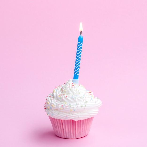 青いろうそくでおいしい誕生日マフィン 無料写真