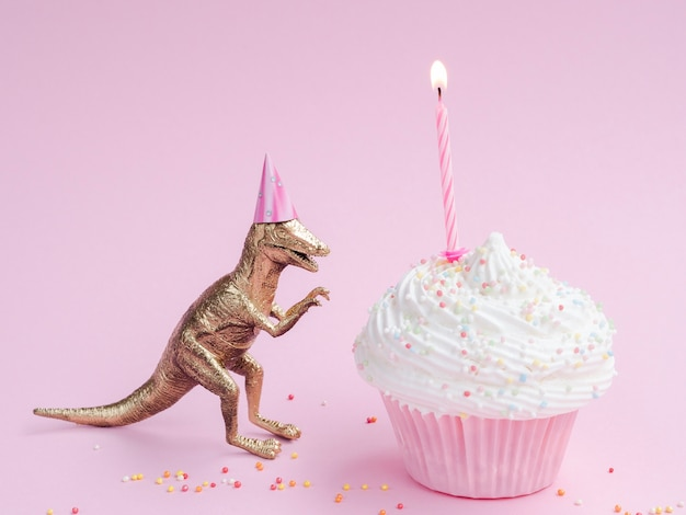 おいしい誕生日マフィンと恐竜 無料写真