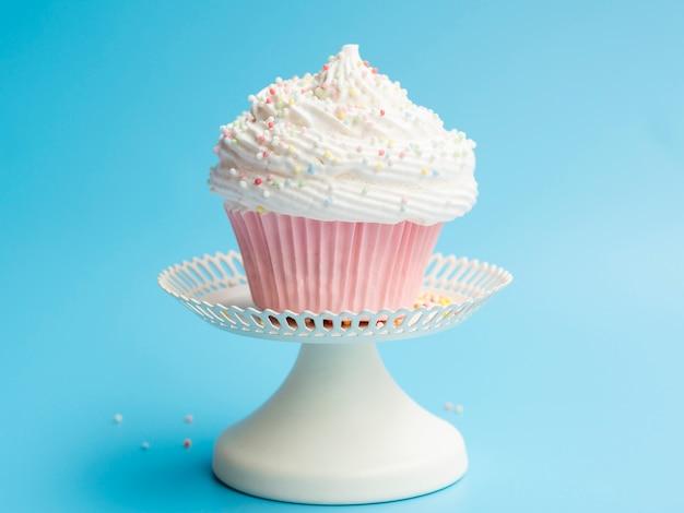 Вкусный день рождения кекс на синем фоне Бесплатные Фотографии