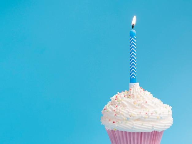 青色の背景に誕生日マフィン 無料写真