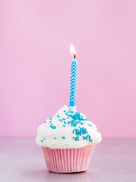 Вкусный кекс с голубой свечой Бесплатные Фотографии