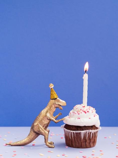 面白いプラスチック製の恐竜と誕生日マフィン 無料写真