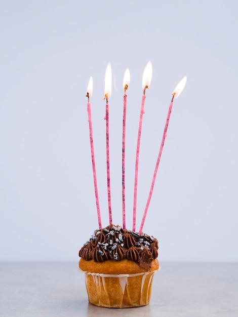 長いキャンドルでおいしい誕生日マフィン 無料写真