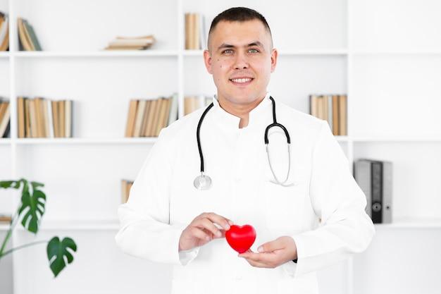 豪華な心を持って男性医師の肖像画 無料写真