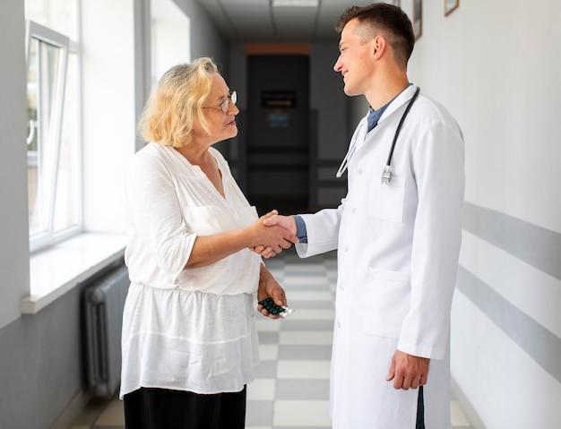 医者は患者と握手 無料写真