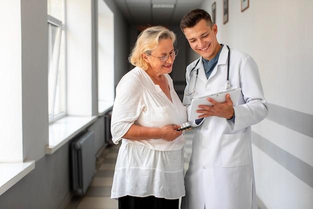 上級の患者と話している医者 無料写真