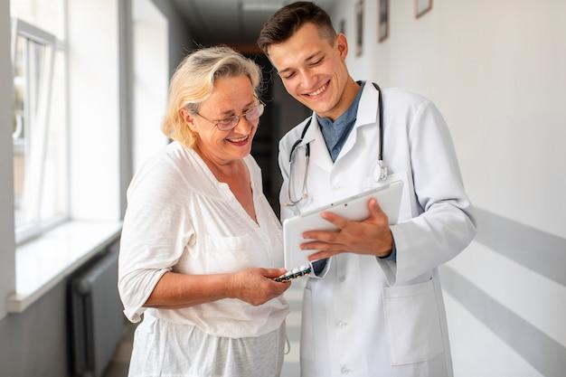 年配の女性と話している医者 無料写真